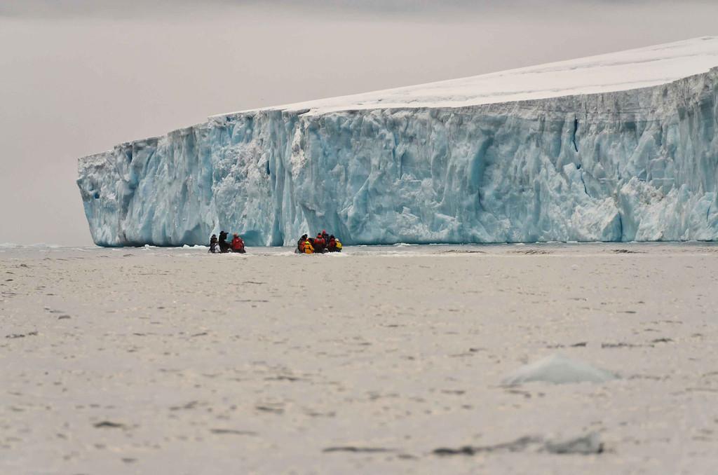 Глядя на крошечных людей на фоне огромной ледяной глыбы, понимаешь силу стихии.