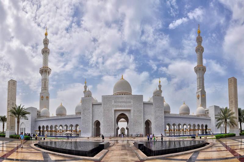 Дубай - место не только красивое, но и интересное. Начать посещения достопримечательностей можно с Мечети