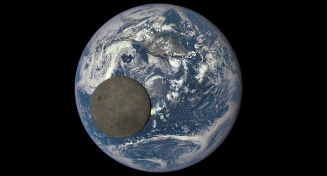 Это не камешек на фотографии. Обратная сторона луны, редчайший снимок от NASA.