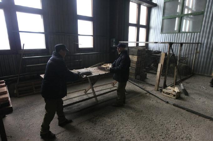 Досуг российские заключенный проводят в цехах дерево или металлообработки.