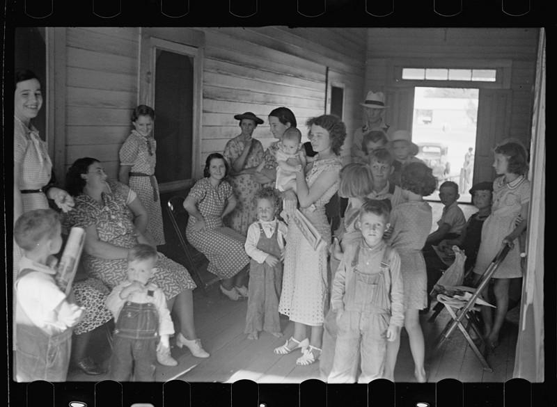 Женщины и дети в очереди к врачу, который приезжает в их городок раз в неделю. Джорджия. Май 1938 года.