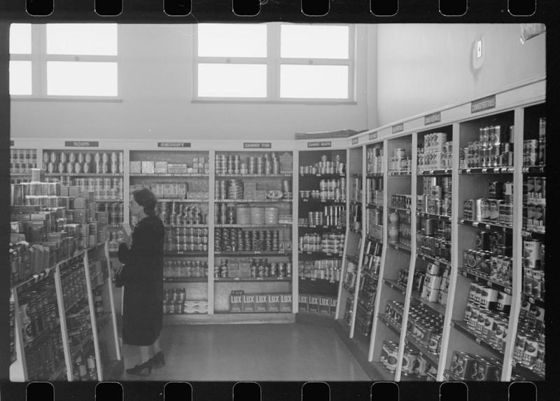 Покупатель в кооперативном магазине. Гринхиллс, Огайо. Октябрь 1938 года.