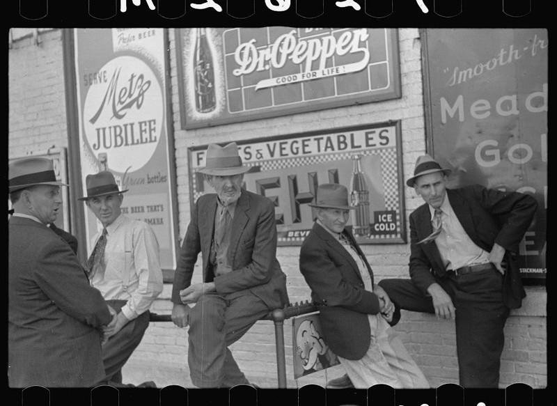 Субботним днём возле магазина. Линкольн, штат Небраска. Октябрь 1938 года.