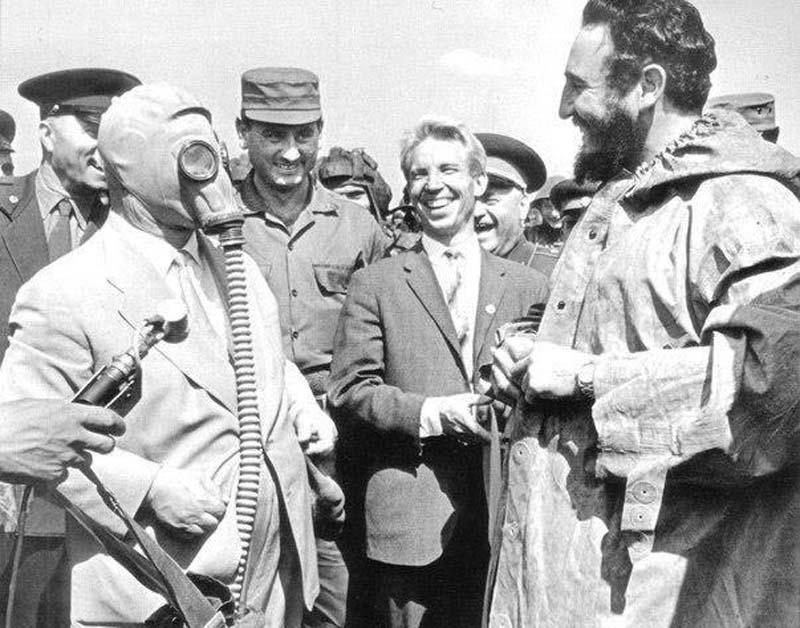 Никита Хрущев демонстрирует Фиделю Кастро новую модель противогаза, Москва
