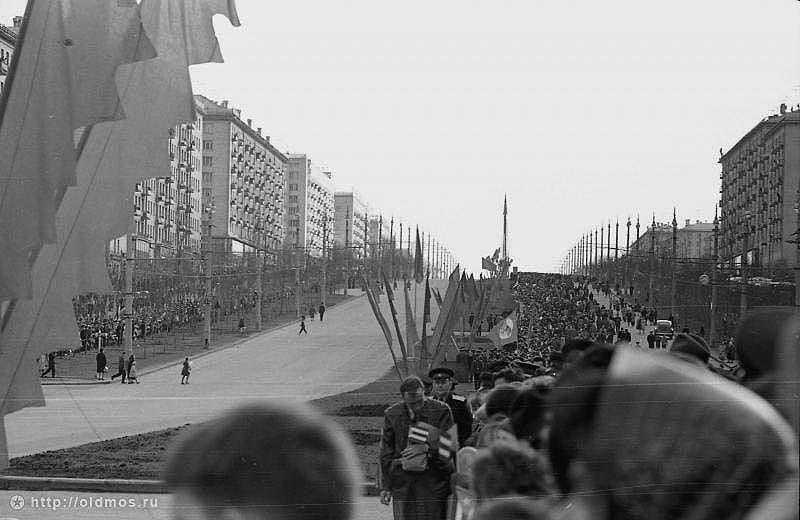 Москва встречает кубинского лидера толпами трудящихся с флагами и транспарантами. Ленинский проспект