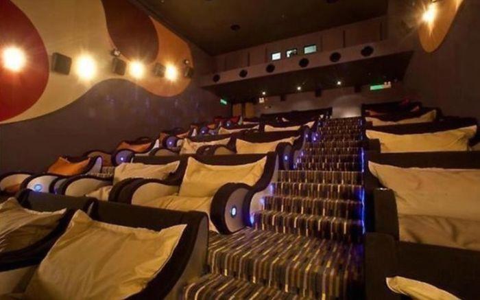 Кинотеатр с креслами и подушками