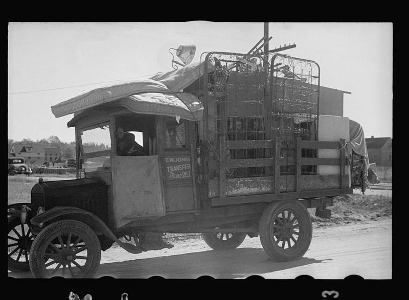 Семья со всеми своими вещами переезжает в только что построенный дом в районе Ньюпорт-Ньюс, Вирджиния. Ноябрь 1937 года.