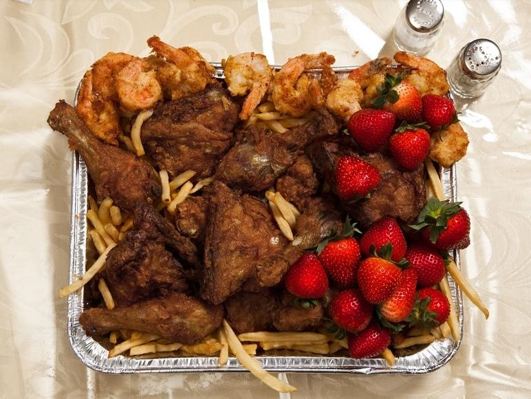 В США у заключенных-смертников есть право заказать практически любое блюдо в последний день жизни. Серийный убийца Джон Уэйн Гейси предпочел жареные креветки,курицу из KFC (он там работал менеджером), картошку фри и немного клубники.