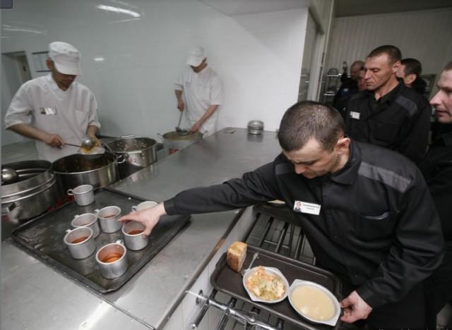 Суп-баланда, капуста, хлеб, компот – стандартный рацион заключенных российских тюрем.