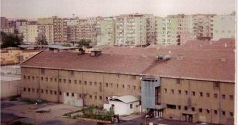 Это Диярбакырская тюрьма строгого режима. Она знаменита тем, что наряду с взрослыми заключенными в ней содержатся дети (законодательство Турции предусматривает пожизненное заключение для детей). Заключенные этой тюрьмы бесправны, их жестоко избивают. Медицинская помощь, практически не оказывается, показатели смертности среди заключенных зашкаливают.