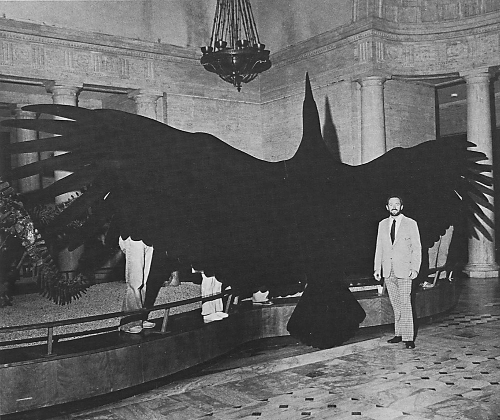 Аргентавис жил 5—8 млн лет назад в Аргентине. Он весил около 70 кг, имел размер в высоту 1,26 м, размах его крыльев достигал 7 м (что вдвое больше размаха крыльев крупнейших современных птиц — альбатросов). Череп аргентависа был длиной 45 см, а плечевая кость имела в длину более полуметра. Всё это делает Аргентависа самой большой известной науке летающей птицей за всю историю Земли. Эксперты считают, что величественная аргентинская птица летала, как высококачественный планер. Она по размерам близка к аэроплану «Цессна 152». Это создание напоминало лысого орла с размахом крыльев около 8 метров и перьями величиной с меч самурая. Считалось, что оно парило в воздухе, как планер, и могло достигать скорости 240 км/ч. Эксперты до сих пор не знают точно, как эта птица могла взлетать и приземляться.