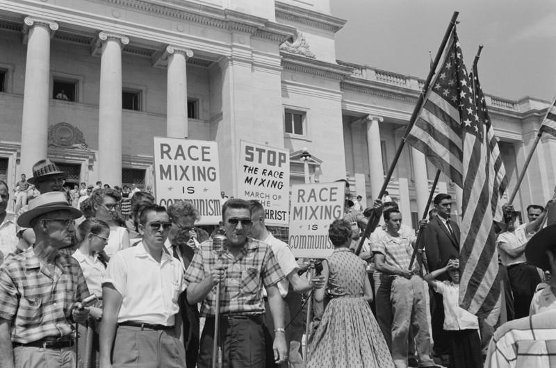 Митинг жителей с лозунгами: «Остановить смешивание белой и черной рас» и «Расовое смешивание — это есть коммунизм» Литл-Рок. Штат Арканзас. США. 1961 год.