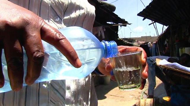 Чангаа (Changaa) – кенийский самогон и один из самых дешевых алкогольных напитков в мире. Наибольшую популярность чангаа приобрела в африканских трущобах. Употребление чангаа чрезвычайно губительно для организма и алкоголики, пристрастившиеся к этому напитку, обычно живут очень и очень недолго. Буквальное значение слова чангаа — «убей меня быстро», что в полной мере отражает всю суть этого пойла, каждая стопка которого будет отнимать несколько лет вашей жизни. Получают чангаа путем дистилляции зерновых культур, таких как кукуруза и сорго. Звучит не плохо, если не брать в расчет, что африканские горе-самогонщики совершенно не знакомы с таким понятием как санитария и нормы качества, поэтому в готовом продукте можно найти все, что угодно, начиная от песка и заканчивая продуктами человеческой жизнедеятельности. Помимо этого, конкурирующие производители, желающие в выгодном свете представить свой продукт, добавляют в него для придания особого вкуса и аромата секретные ингредиенты, в роли которых выступают: аккумуляторная кислота, реактивное топливо, жидкость для бальзамирования и т.п. Для того чтобы «набраться по полной» достаточно всего-навсего 300-400 грамм чангаа, после чего человек чаще всего теряет сознание, а на утро испытывает сильнейшее похмелье, сопровождающееся ужасными головными болями и тошнотой. Зачастую употребление чангаа напрочь отбивает у человека память и миссия вспомнить о совершенных во время пьяного угара подвигах становится просто невыполнимой, что, впрочем, наверное, и к лучшему.