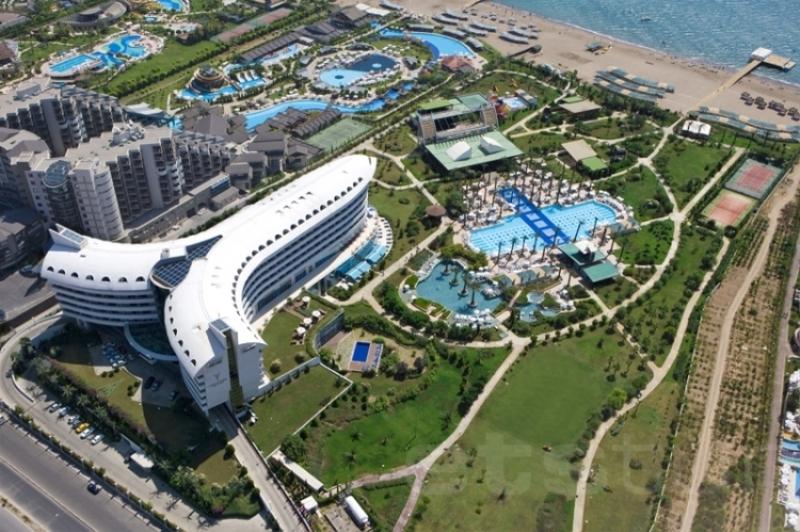 Этот отель понравится тем, кто без ума от полетов: его здание сконструировано в виде самолета! Кроме этого, отель славится своим роскошным сервисом: на территории работают 17 ресторанов и баров, включая собственный стейк-хаус, есть огромный ландшафтный бассейн и спа-центр.