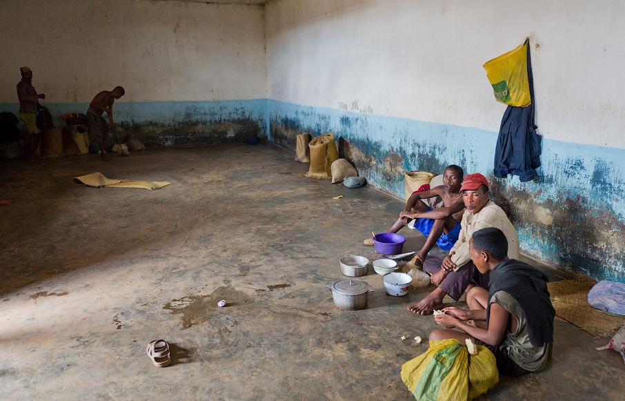 Это сельская тюрьма, она состоит из трех бараков, которые выходят в общий внутренний двор. Во всех бараках содержится около 400 человек, свободное время заключенные проводят на улице.
