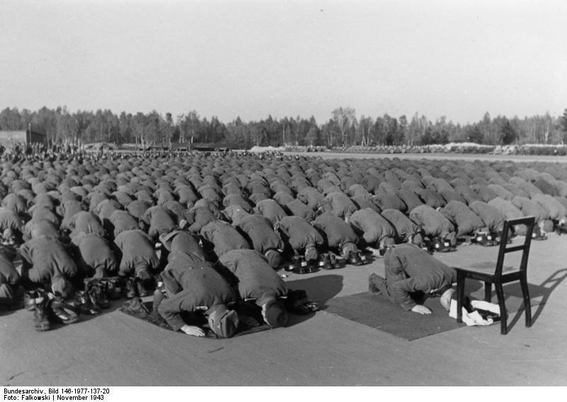 Бойцы мусульманской дивизии СС совершают молитву, ноябрь 1943 года.