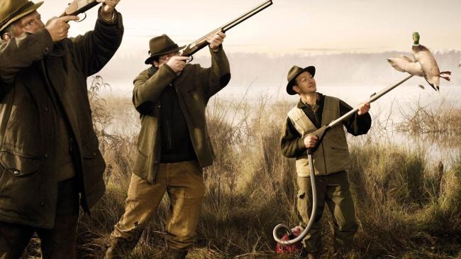 Биолог, химик и статистик отправились на охоту. Биолог стреляет по оленю, но мажет на пять метров влево. Химик стреляет по оленю, не попадает, пуля застревает в дереве на пять метров вправо. Статистик: «Мы его подстрелили!»