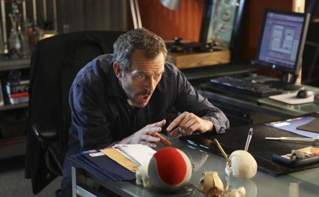 Физику, математику и инженеру дали задание найти объём красного резинового мячика. Физик погрузил мяч в стакан с водой и измерил объём вытесненной жидкости. Математик измерил диаметр мяча и рассчитал тройной интеграл. Инженер достал из стола «Таблицу объёмов красных резиновых мячей» и нашёл нужное значение.