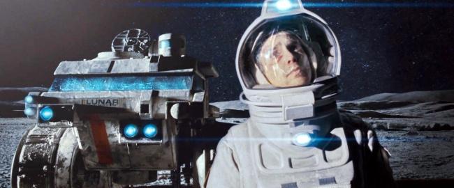 Контракт Сэма подходит к концу: он провел три года на Луне, следя за автоматизированной станцией по добыче редкого газа. Три долгих года в полном одиночестве, если не считать говорящего робота ГЕРТИ, могут изменить любого. За две недели до возвращения на Землю Сэм встречает своего сменщика.