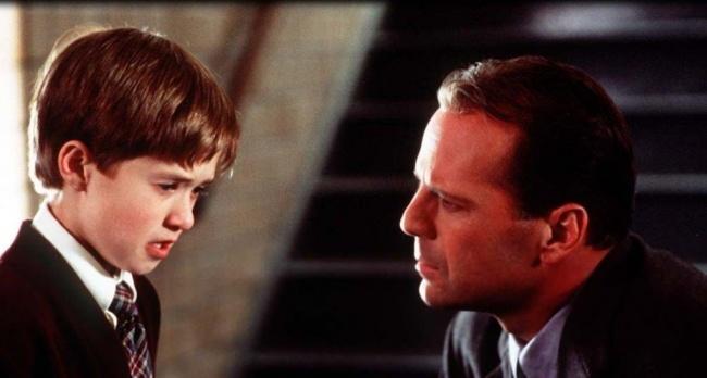 Фильм о страшной судьбе, с которой предстоит справиться маленькому мальчику 9 лет. Что может ребенок в этом возрасте? Правильно, один ничего. Но когда к нему на помощь приходит отличный специалист, психолог, который не считает его психом, больным, как другие, — дорога становится для мальчика не столь тернистой. Он рассказывает доктору больше, чем даже собственной матери, и доверяет ему. При просмотре фильма отвлекитесь от того, что вас ждет «неожиданный конец». Это не главное. Главное — то, что происходит с героями, их чувства и развитие событий.