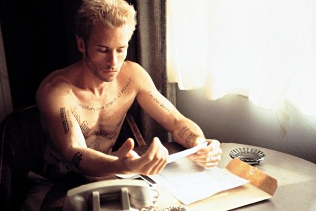 Леонард Шелби изысканно и дорого одет, ездит на новеньком ягуаре, но проживает в дешевых мотелях. Его цель в жизни — найти убийцу жены. Его проблема — редкая форма амнезии, потеря короткой памяти: помня все до убийства, он не помнит, что было пятнадцать минут назад. Его спутники — фотоаппарат «Полароид» и татуировки на теле.