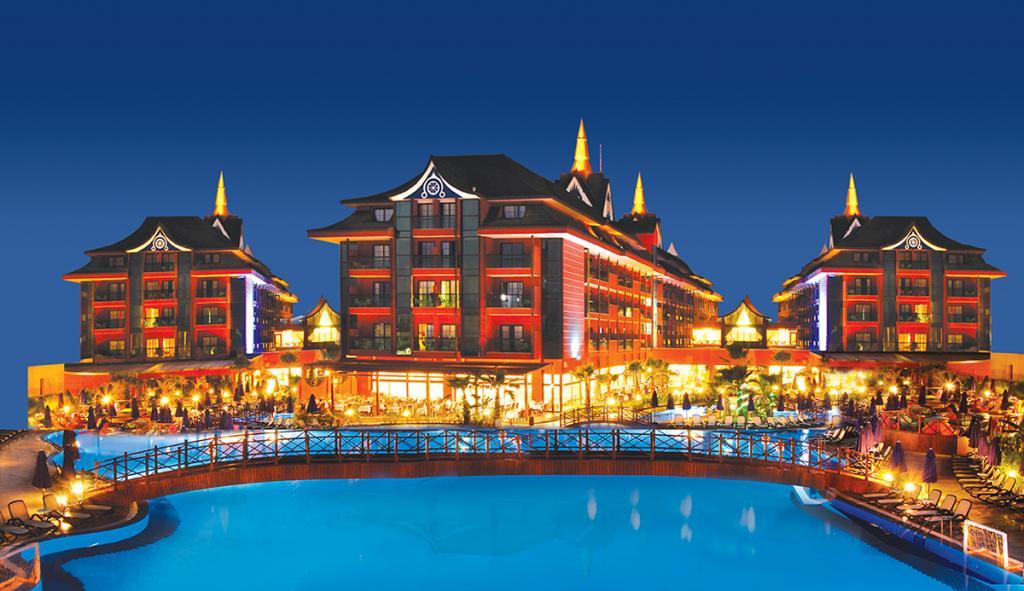 Отель идеально подходит для тех, кто хочет ощутить колорит юго-восточной Азии, но не готов к долгому перелету в Таиланд. Здесь все как на тайском курорте — начиная от архитектуры и уютных номеров и заканчивая кухней и аутентичными спа-процедурами, которые по качеству не уступают тайским.