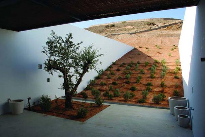 Дом под пустыней практически незаметен и потребляет мало электричества.
