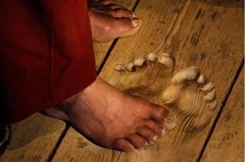 Это отпечатки ног монаха, который молился на одном и том же месте ежедневно множество раз в день в течение 20 лет.