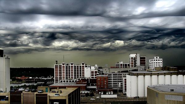 Кстати, об облаках: это вовсе не кадр из голливудского фильма о конце света. Это редкий вид облаков, называемый Undulatus asperatus, в штате Айова.