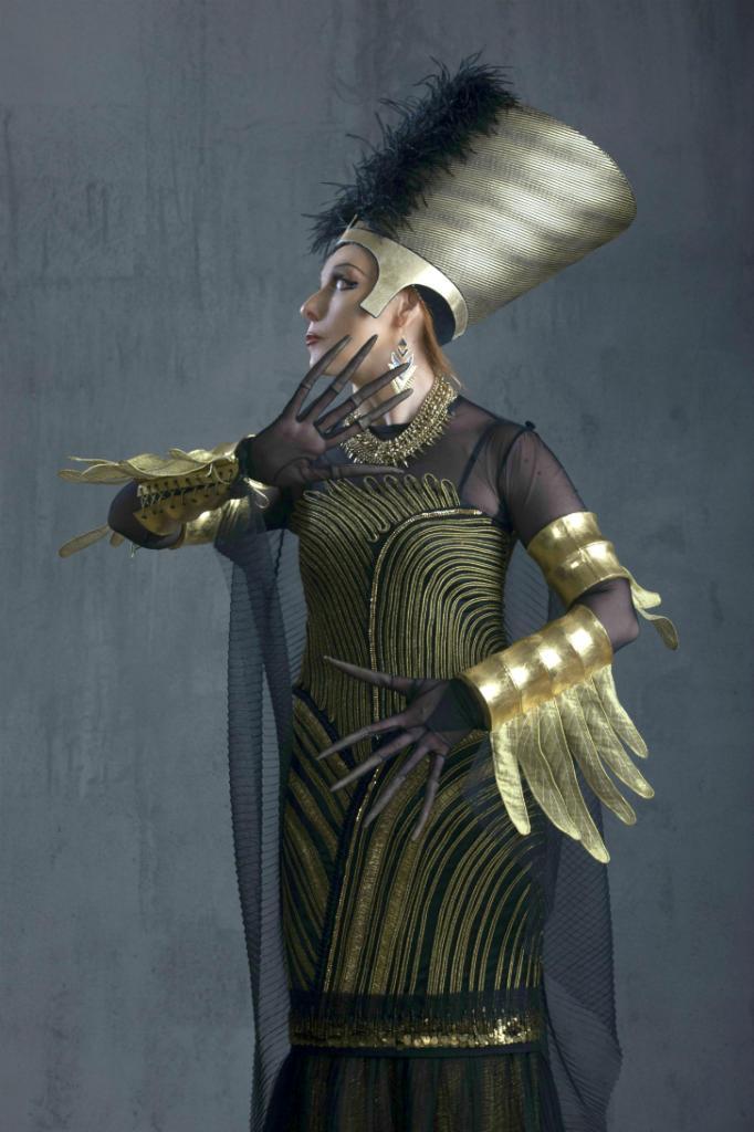 А вот и сама царица Ночь, во дворце которой таятся все несчастья и болезни мира. Ее египетский костюм напоминает нам о тайнах пирамид, обрядах погребения и опасных гробницах фараонов.