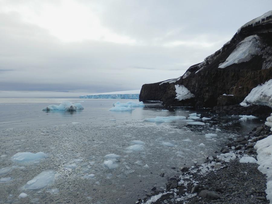 Вдалеке виднеется огромная ледяная часть мыса.