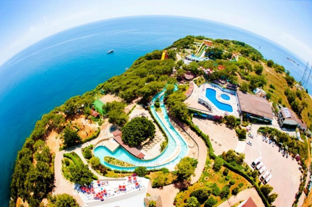 Этот отель славится самым большим центром развлечений и аквапарком на средиземноморском побережье. Здесь есть 24 разновидности водных горок: от самых безобидных детских до таких, которые недвусмысленно называются «Камикадзе».