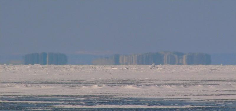 Местные называют их голоменицей. Это явление на Байкале, при котором на горизонте возможно рассмотреть предметы, в действительности находящиеся на расстоянии 40 км. Миражи на озере появляются как в теплое, так и в зимнее время года.