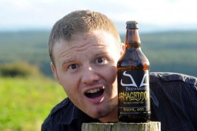 """Новое детище шотландской пивоваренной компании Brewmeister под название «Армагеддон» (Armageddon) устроит настоящий конец света в вашем желудке. Процент содержания алкоголя в этом пенном напитке составляет невероятные 65%. Т.е., это адское пойло даже крепче, чем виски и водка! """"Самое крепкое в мире пиво"""" – гласит надпись на бутылочной этикетке «Армагеддона». Это звание не было официально закреплено за ним представителями «Книги Рекордов Гиннесса», но я думаю, что это только дело времени: предыдущий рекордсмен – пиво «Конец истории», уступает «Армагеддону» в крепости целых 15%. Соучредитель компании Brewmeister Льюис Шанд (Lewis Shand) говорит: """"По своему составу «Армагеддон» гораздо ближе к ликеру, чем к пиву, но по своим вкусовым качествам он был классифицирован именно как пиво, чему мы несказанно счастливы!"""". Так же он добавил: «Армагеддон» — ядерная боеголовка, которая шарахнет вам по мозгам так, что вы запомните это на всю свою оставшуюся жизнь. Это пиво пользуется очень большой популярностью, т.к. компании друзей хватает всего одной бутылки для того, чтобы дружно завалиться под стол! Именно поэтому компания Brewmeister предупреждает всех, что употреблять «Армагеддон» следует с величайшей осторожностью и строго в малых дозах! Пивовар из компании Brewmeister Джон Маккензи (Jon McKenzie) сказал следующее: """"Для того чтобы получить пиво с таким высоким содержанием алкоголя нам пришлось разработать специальный метод брожения, который мы назвали «ледяным». Вследствие этого, это пиво гораздо более густое, чем то, которое вы привыкли пить"""". Как работает этот специальный метод? Пиво готовят с использованием кристаллического солода, пшеницы, хлопьев овса, и чистейшей шотландской родниковой воды, которую замораживают во время процесса пивоварения! Делается это с целью повышения содержания алкоголя! Механизм очень прост: вода замерзает, а алкоголь нет. Избытки воды в виде льда пивовары удаляют и таким образом на выходе получают напиток крепостью аж 65%!"""