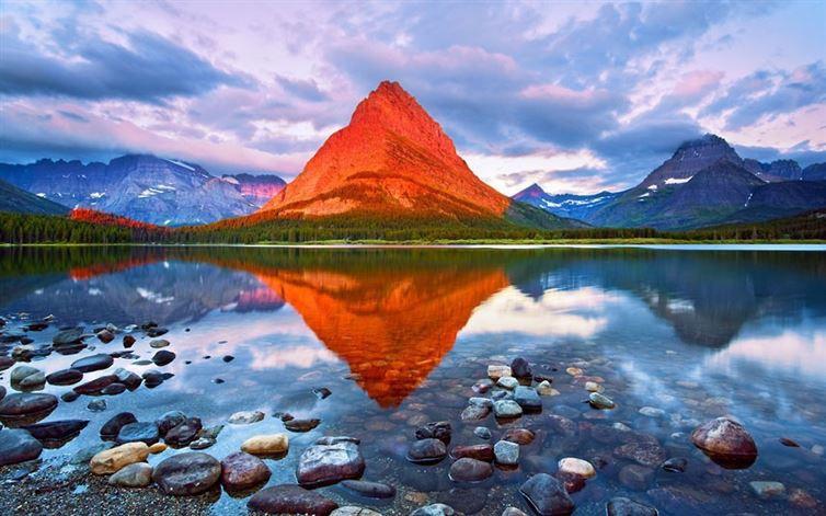 К сожалению, эта гора не сделана из чипсов. Так освещает эту гору солнце на рассвете в национальном парке Глейшер (штат Монтана, США).