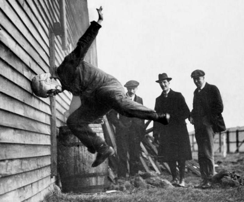 1912 год. Тестирование шлемов для американского футбола.