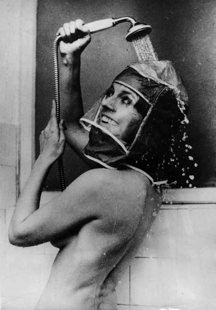 Гермошлем для душа, 1970 год. Для сохранения макияжа и прически.