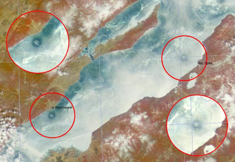 Эти огромные кольца диаметром в несколько километров, периодически появляющиеся на ледяной поверхности Байкала, можно увидеть только с воздуха. По результатам наблюдения из космоса стало известно, что кольца появлялись только в 2003, 2005, 2008 и 2009 годах и каждый раз на новом месте.