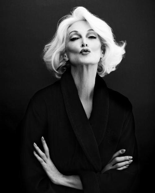 """Когда после Второй мировой войны она начинала работать манекенщицей, термина """"супермодель"""" ещё не существовало. Теперь понятно, что его стоило изобрести хотя бы ради неё. Она начала седеть в 40 лет, и с тех пор белоснежные волосы стали её отличительной чертой. Одной из красивейших женщин мира скоро исполнится восемьдесят лет, и она до сих пор работает моделью, демонстрируя наряды на подиуме и позируя фотографам. """"Я пока еще не убедила себя в том, что буду пер¬вым человеком, который будет жить вечно, но я хочу жить в счастье, а не в страхе. Я хочу умереть в туфлях на высоких каблуках!"""""""
