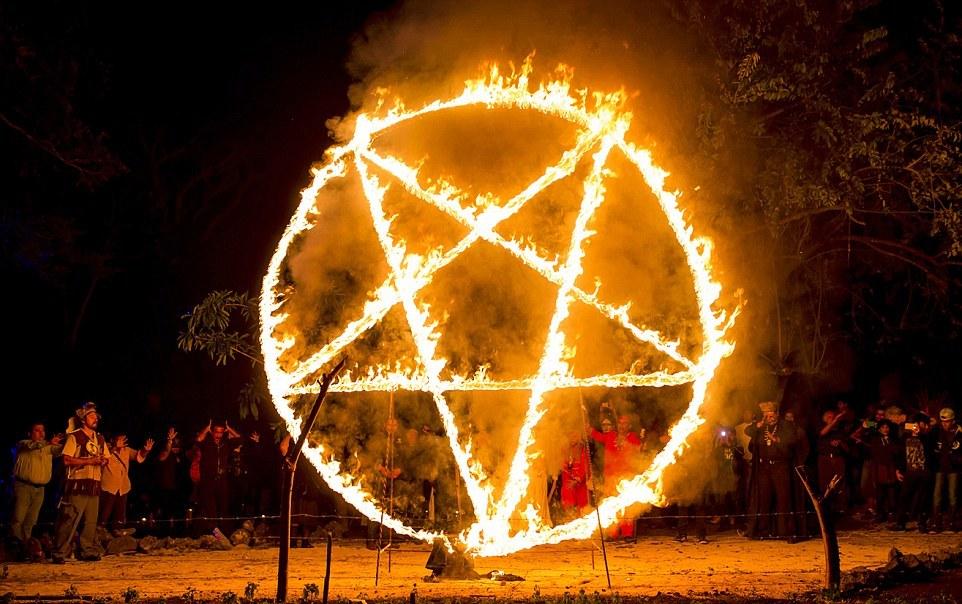 Фоторепортаж ужасающей чёрной мессы сатанистов