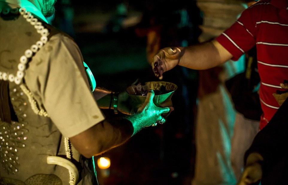 Обряд жертвоприношения: кровь жертвенных цыплят и коз собирают в бронзовый сосуд, а затем выливают на участников черной мессы.