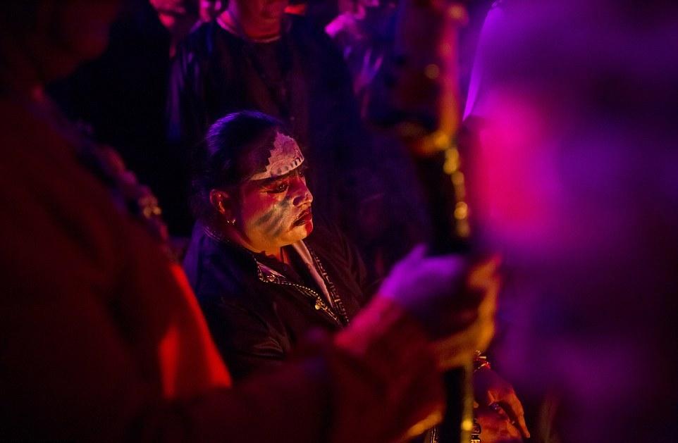 Согласно традиции, восемь сатанистских жрецов съехались со всей Мексики, чтобы устроить церемонию в полнолуние.