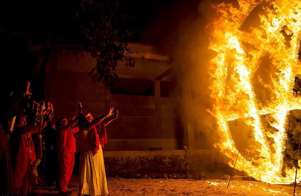 Принеся жертвы, шаманы выстроились перед горящей пентаграммой и запели гимны, призывающие дьявола.