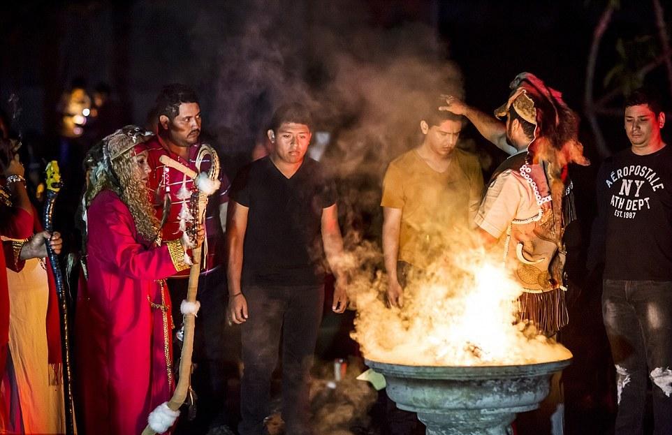 Обряд принесения клятвы: восемь шаманов подходили к каждому из молящихся, и те присягали, что отдают свою душу дьяволу.