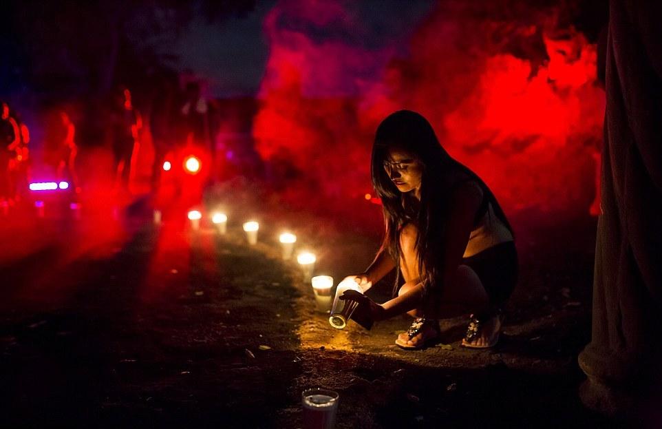 Затем все шаманы закричали: «Слава Люциферу!» — еще раз принесли клятву, простерлись ниц перед статуей и окропили ее оставшейся жертвенной кровью.