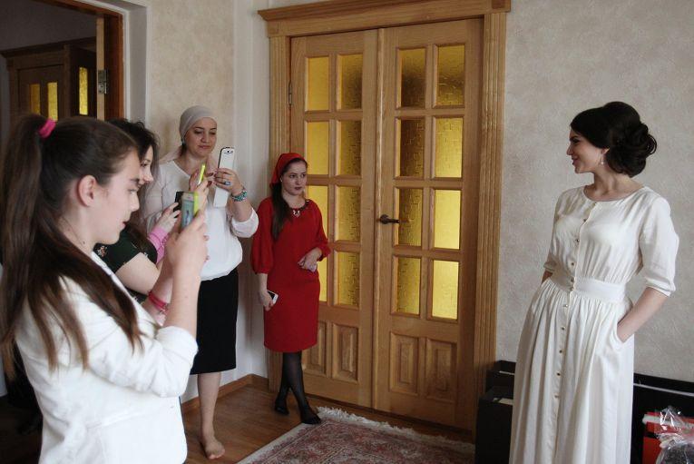 Особенность чеченских свадебных традиций заключается в том, что их соблюдают с щепетильной точностью, учитывая все пункты, передаваемые предками из поколения в поколение. С небольшими изменениями сохранились эти праздничные обряды и в современном чеченском обществе. На фото: родные и близкие фотографируют невесту на память в родительском доме в селе Ачхой-Мартан перед предстоящей свадебной церемонией в городе Грозном.