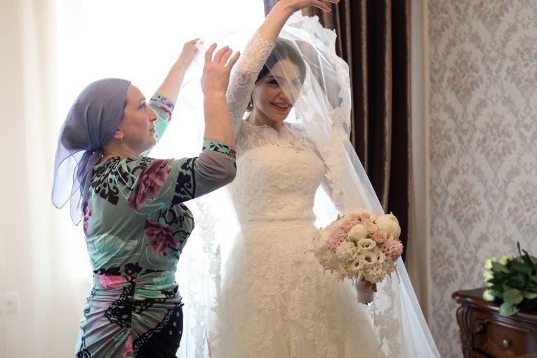 Родители невесты на свадьбу не едут и в торжестве у себя дома принимают минимальное участие. Свадьба дочери для них довольно грустное событие.