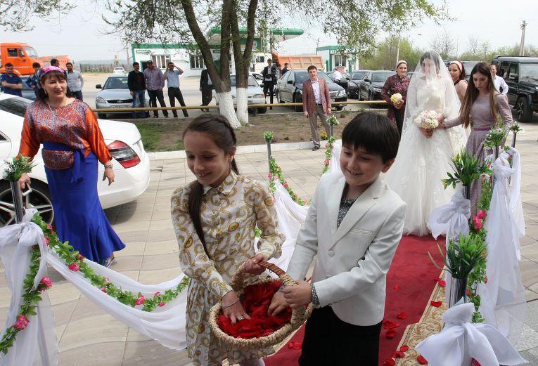 Современные чеченские свадьбы чаще устраивают в ресторанах, а не дома у жениха. Торжество продолжается три дня и три ночи, первый день из которых — в ресторане.