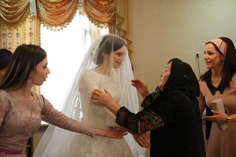 Только во время свадебной церемонии девушка знакомится почти со всеми родственниками со стороны жениха. До этого дня она чаще общается только с сестрами будущего мужа.