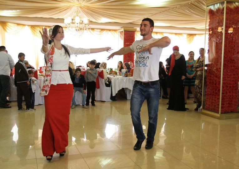 Неотъемлемая часть праздника — застолье и национальные танцы, которые продолжаются все три дня свадьбы.